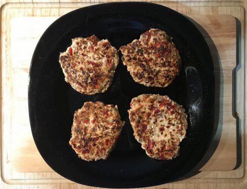 Deliciosas hamburguesas de pollo con champiñón y pimiento rojo